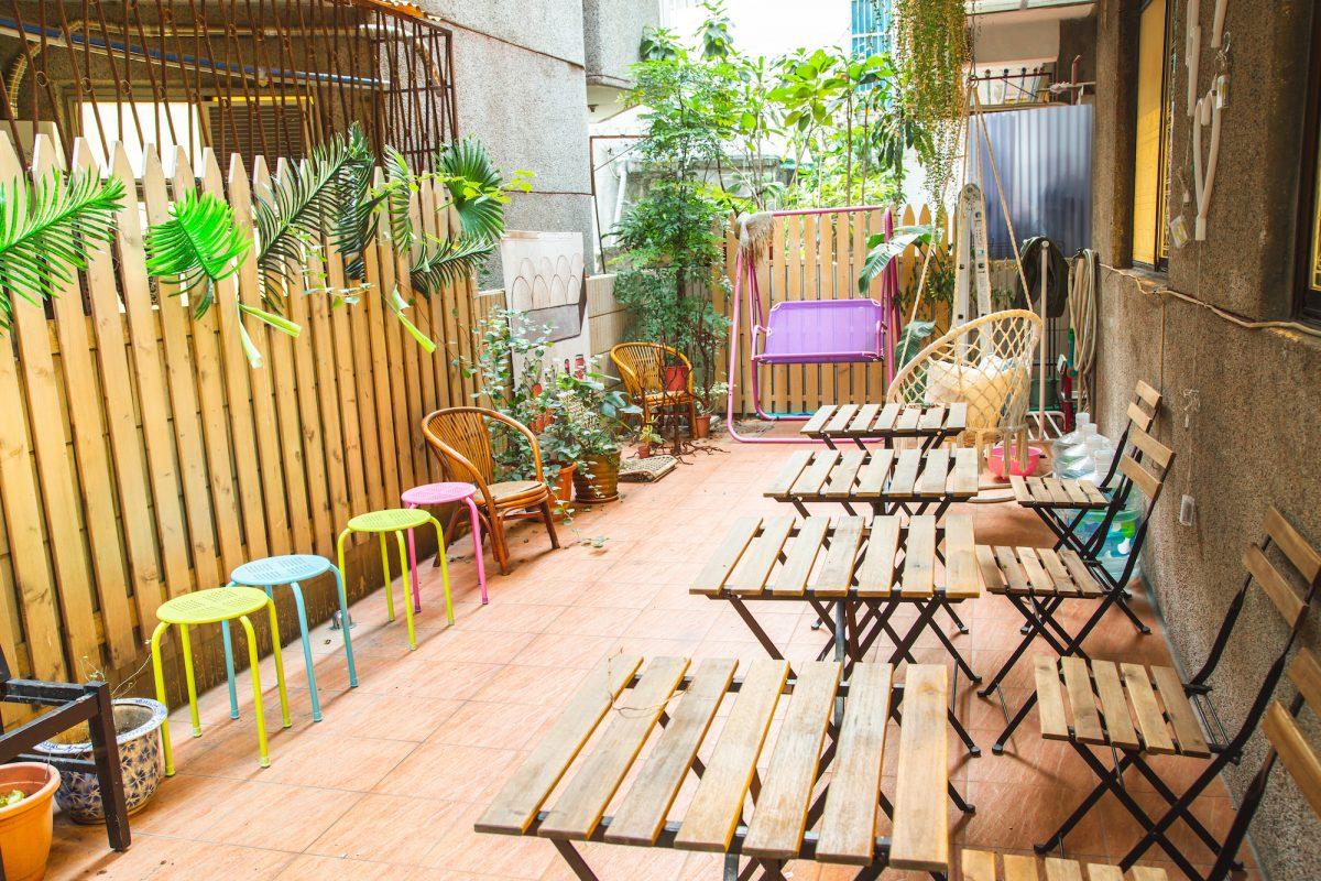 After:搭配繽紛顏色家具,讓後院充滿趣味感